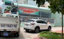 Ôtô vượt chốt kiểm dịch, ép CSGT truy đuổi té ngã giữa phố