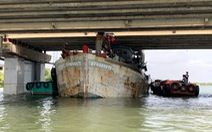 Giải cứu tàu cá kẹt dưới gầm cầu ở Vũng Tàu