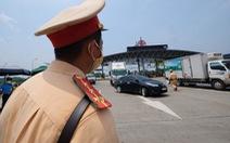 Ngăn xe lợi dụng dán bảng 'Hướng về Sài Gòn' để miễn phí BOT