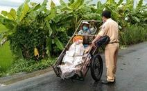 Bà cụ đi nhặt ve chai giữa lúc giãn cách, CSGT khuyên cụ về nhà, còn tặng tiền, mì