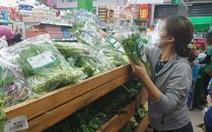 Dân đội mưa đi siêu thị, nhiều mặt hàng tươi sống đã đỡ thiếu hụt, giá cả dần hạ nhiệt