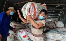 Dầm mưa bốc 22 tấn bắp, chanh bán giá vốn giúp nông dân miền Tây
