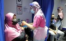 Malaysia 'rà từng ngõ, gõ từng nhà' tiêm vắc xin