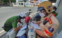 Đi ngoài đường bị CSGT dừng xe test nhanh, phát hiện 2 ca dương tính SARS-CoV-2