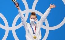 Kình ngư 17 tuổi của Mỹ gây 'sốc' khi đánh bại đàn chị kỳ cựu và giành huy chương vàng