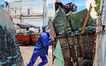 Công nhân vệ sinh môi trường: 'Thất thu' nhẹ mùa dịch, việc nhiều hơn