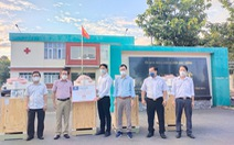 Trao gói thiết bị y tế 3,85 tỉ đồng cho huyện Dầu Tiếng chống dịch COVID-19