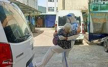 'Má đừng ngại, cứ ôm lấy con'