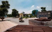 Hà Nội: Dựng gạch, thùng container, xe tải làm chốt phong tỏa