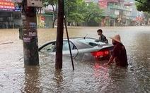 TP Lào Cai mưa lớn, nhiều ôtô chìm trong nước