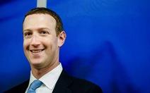 Ông chủ Facebook cầm cờ lướt ván mừng Quốc khánh Mỹ