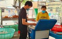Góc sẻ chia ở UTE: Sinh viên thiếu thốn, ghé đến là nhận mì tôm, bánh gạo vô điều kiện