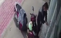 Kẻ gian dùng dây kẽm chốt cửa, 'nhốt' cô gái trong nhà để lấy trộm xe máy