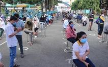 TP.HCM: Hàng nghìn người xếp hàng xét nghiệm COVID-19 lấy 'giấy thông hành'