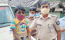 Cái kết đẹp cho cậu bé Ấn Độ bán bóng bay trên phố