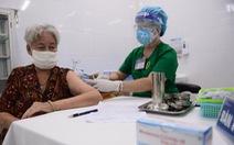 HỎI - ĐÁP về dịch COVID-19: Người trên 65 tuổi, có bệnh nền cần chuẩn bị gì khi tiêm chủng?