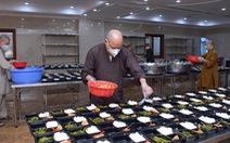 Giáo hội Phật giáo khuyến khích chùa phát cơm để người khó khăn 'ở đâu ở yên đấy'