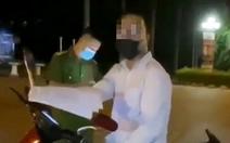 Người đàn ông tự xưng tiến sĩ chửi bới, chống đối cán bộ trực chốt COVID-19