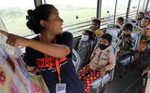 Lớp học trên xe buýt cho trẻ em nghèo thời phong tỏa ở Ấn Độ