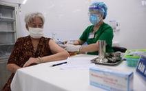 TP.HCM yêu cầu khẩn trương tiêm vắc xin cho người trên 65 tuổi