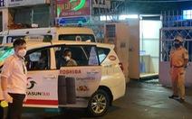 Công an và tài xế taxi phối hợp đưa một bảo vệ khó thở đi cấp cứu kịp thời