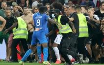 CĐV đánh cầu thủ trên sân, Nice bị phạt đá không có khán giả