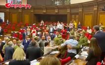 Các nghị sĩ Armenia đánh nhau ngay giữa phòng họp lớn