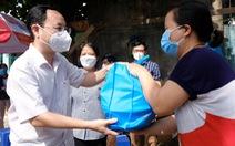 Thành ủy TP.HCM trao 2.400 túi quà an sinh đến người dân khó khăn
