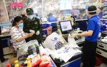 Nhân viên được cấp 'giấy đi đường', nhiều siêu thị, cửa hàng mở cửa lại