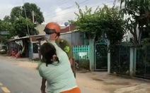 Tạm giữ hình sự người vợ lao vào đánh công an xã để bênh vực chồng