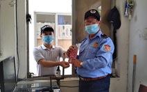 Người dân Đà Nẵng nhận tiền hỗ trợ cách ly của thành phố rồi tặng lại cho lực lượng chống dịch
