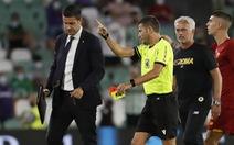 Video Mourinho nhận thẻ đỏ vì xông vào sân trong trận giao hữu của Roma