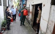 Bộ tư lệnh TP.HCM gõ cửa từng nhà khó khăn trao quà hỗ trợ