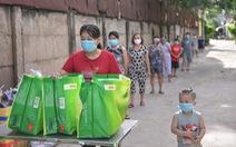 1.000 giỏ quà nghĩa tình đến với bà con bán hàng rong, phụ hồ trong khu phong tỏa