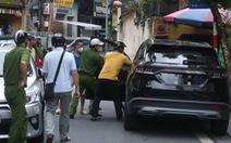 Cảnh sát và người dân đập kính, khống chế tài xế ô tô 'đại náo' phố Hà Nội