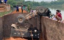 Tai nạn hy hữu: xe tải lật úp xuống lòng tàu trên sông, tài xế chết thương tâm
