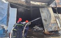 Khói lửa trùm công ty sản xuất mút, Bình Dương huy động gần hết đội chữa cháy