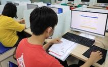 Học trực tuyến sinh viên vẫn phải 'kính thưa' đủ loại phí trên trời dưới đất