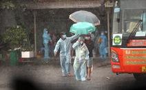 Dầm mưa hỗ trợ hơn 100 phụ nữ mang thai về quê tránh dịch