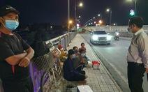 Đôi vợ chồng cùng 2 con nhỏ lội bộ 3 ngày đêm từ Đồng Nai về Tây Ninh, kiệt sức ở Biên Hòa
