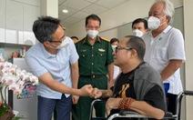 Nghệ sĩ Trần Mạnh Tuấn thổi saxophone 'Diễm xưa' khi Phó thủ tướng Vũ Đức Đam tới thăm
