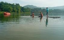 Lật bè trên hồ sâu 9 mét, 2 người chết đuối