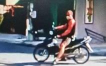 Một người nước ngoài lao xe máy tấn công thành viên chốt chống dịch COVID-19