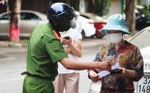 Người dân TP Vinh xếp hàng nhiều giờ chờ mua thực phẩm