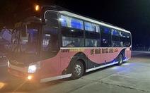 Bị phát hiện chở người từ vùng dịch, xe khách sang người qua xe tải rồi thông chốt