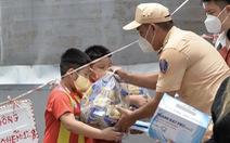 200 phần quà của Công an TP.HCM đến với trẻ em khuyết tật, mồ côi