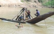 Tìm gỗ sao dưới đáy sông Krông Ana