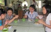 Thầy cô hỗ trợ bữa ăn cho sinh viên