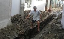 Đào đường, lấp đất ngay cửa nhà dân