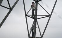 Trẻ em đùa chơi trên cột điện cao thế